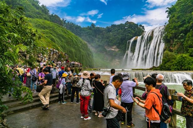 对于许多游客来说,贵州的黄果树瀑布是绝对值得一看的,即便门票是180块钱,但也掏得心甘情愿。面对世界最大的瀑布群,亚洲最大的瀑布,游人观之,自豪感油然而生。忍不住赞叹,祖国壮丽山河可真是雄峻。