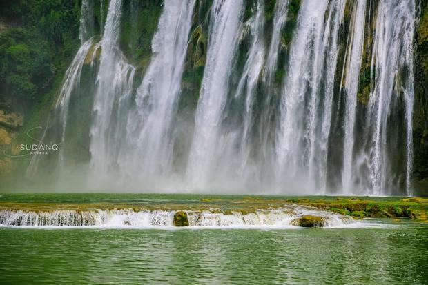 黄果树大瀑布不仅是亚洲第一大瀑布,世界第三大瀑布,其瀑布群更是世界最大,可以说这5A景点的含金量是非常高的。但即便如此,安顺也极为低调,这座旅游城市不但令人感到舒适,风光也未遭过度开发。毋庸置疑,贵州旅游继云南四川后,逐渐成为国内游的聚焦点。