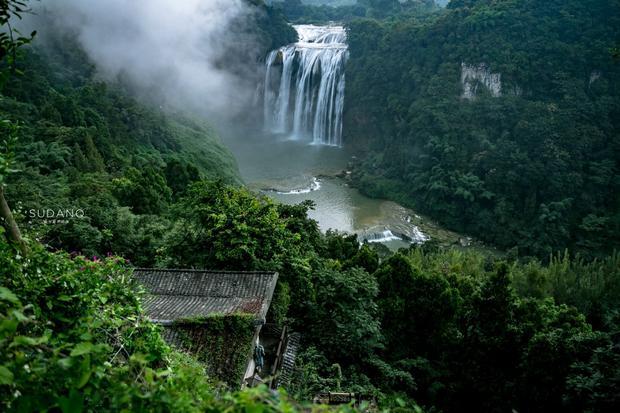 祖国之山河,华夏之瑰宝,一草一木皆为江山。位于贵州安顺的黄果树瀑布,高77.8米、宽101米,不仅是国内第一大瀑布,也是亚洲最大瀑布,其瀑布群被大世界基尼斯总部评为世界上最大的瀑布群。每年吸引着国内外众多游客慕名而来,争相要与黄果树瀑布拍照留影。